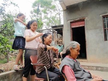 农村新报讯 5月8日是母亲节,郧县各中小学都给学生们布置了一道感恩图片