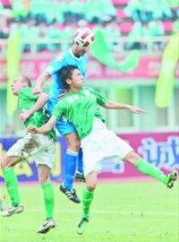 5月14日,大连阿尔滨队球员科迪夫(上)在比赛中与贵州智诚通源球员争顶。□新华社记者/刘 续 摄