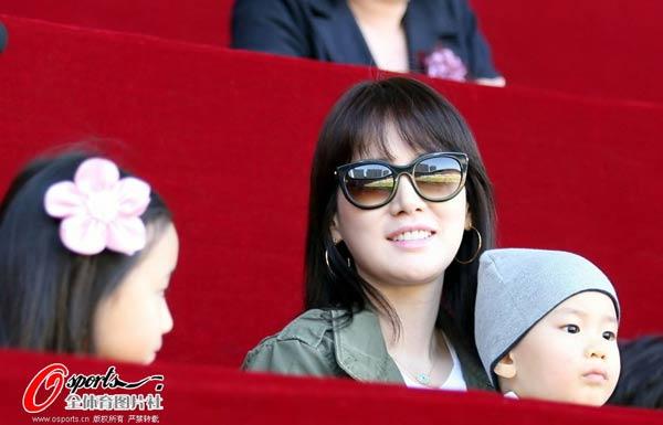 安贞焕娇妻笑容灿烂
