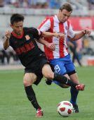 图文:[中超]陕西0-1成都 亚当在比赛中拼抢