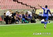 图文:[中超]上海VS天津 里亚向教练组致谢