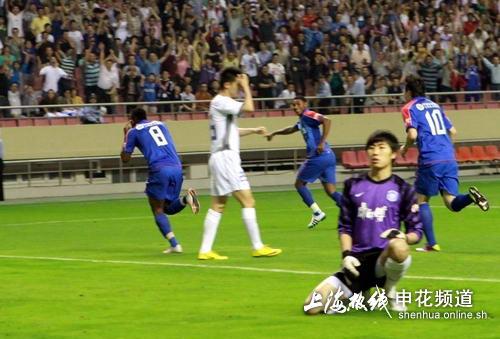 图文:[中超]上海VS天津 杨启鹏无能为力