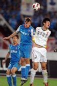 图文:[中超]江苏1-0长春 威尔金木争抢头球