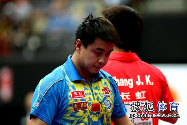 图文:男单决赛张继科4-2王皓 王皓面色严峻