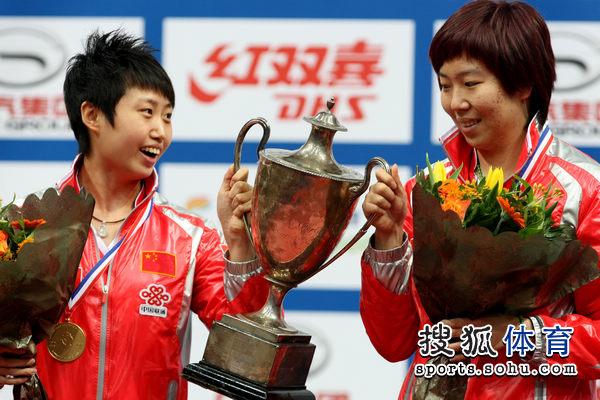 图文:世乒赛颁奖仪式举行 卫冕冠军很开心