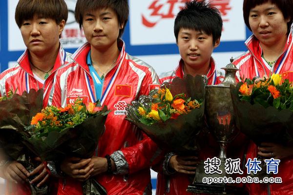 图文:世乒赛颁奖仪式举行 女双包揽金银牌