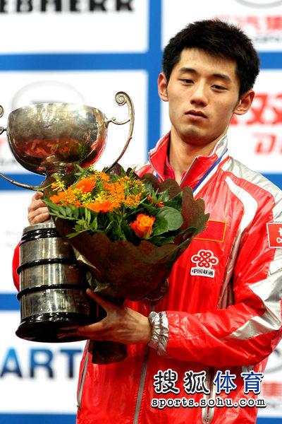 图文:世乒赛颁奖仪式举行 张继科手捧奖杯
