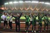 图文:[中超]杭州1-0山东 绿城将帅答谢球迷