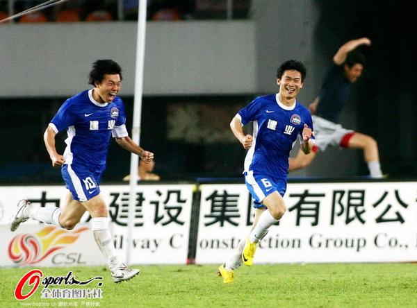 图文:[中超]广州3-1河南 河南队庆祝