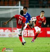 图文:[中超]广州3-1河南 穆里奇对脚