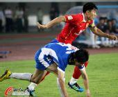 图文:[中超]广州3-1河南 郑智突破对手