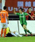 图文:[中超]杭州1-0山东 沈龙元一指擎天庆祝