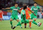 图文:[中超]北京2-0青岛 徐云龙防守