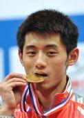 图文:世乒赛男子单打张继科夺冠 咬冠军奖牌