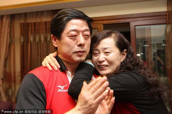 图文:张继科父母家中观赛 张爸爸开心