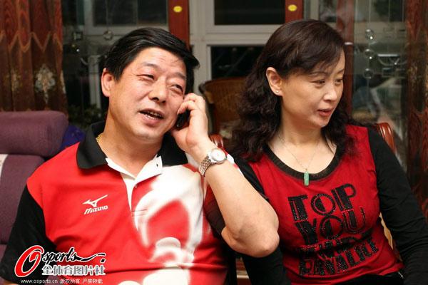 图文:张继科父母家中观赛 张爸爸打电话