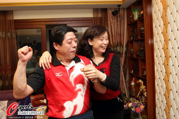 图文:张继科父母家中观赛 张爸爸握拳庆祝