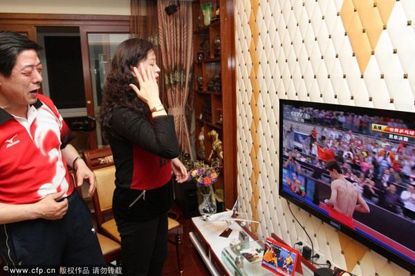 图文:张继科父母家中观赛 张继科夺冠