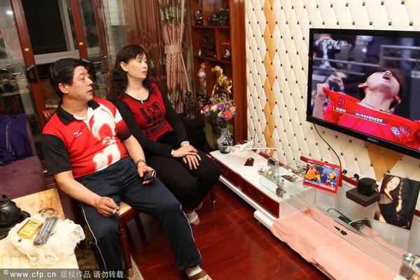图文:张继科父母家中观赛 张继科撕衣庆祝