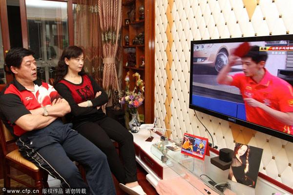 图文:张继科父母家中观赛 张继科父母观看比赛