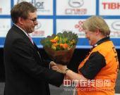 图文:世乒赛组委会为志愿者领奖 接受赛会颁奖