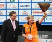图文:世乒赛组委会为志愿者领奖 高举花束庆祝