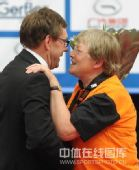 图文:世乒赛组委会为志愿者领奖 拥抱赛会官员