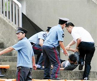 楚天都市报讯 在15日中超辽宁队在客场2比1战胜南昌的比赛中,球迷与现场保安发生冲突,据辽足球员微博爆料,一名现场的辽足球迷被保安强行抬出了球场。