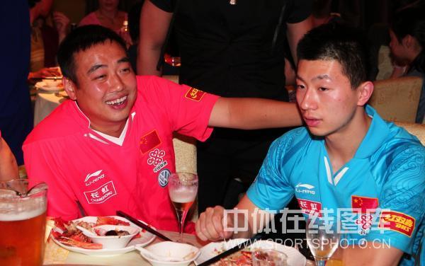 图文:中国乒乓球队庆功宴 刘国梁和马龙