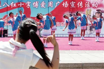 前日,崂山聋哑学校的孩子们在老师手势的提示下跳起美丽的舞蹈.