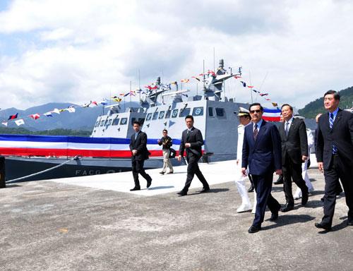 """台海军在苏澳军港举行换装""""光华6号""""导弹快艇成军典礼,马英九(前右2)前往发布""""成军令""""。 """"中央社"""""""