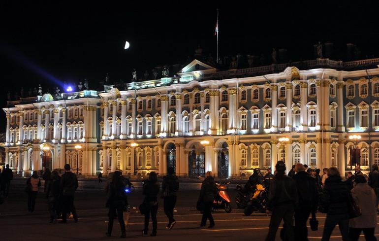 这是5月11日,游客在游览圣彼得堡市宫殿广场上的冬宫.图片