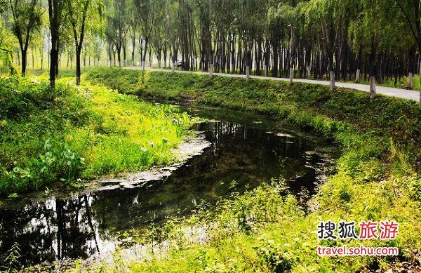弯弯的小河、安静的村落是休闲的好地方