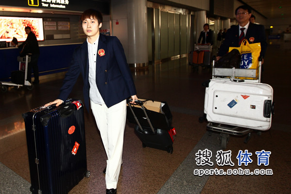 图文:国乒凯旋回国 木子拉着行李箱