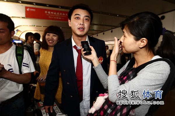 图文:国乒凯旋回国 王皓接受搜狐记者采访