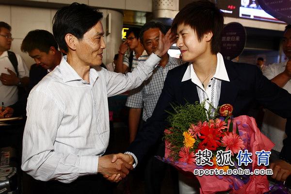 图文:国乒凯旋回国 陆元盛祝贺丁宁