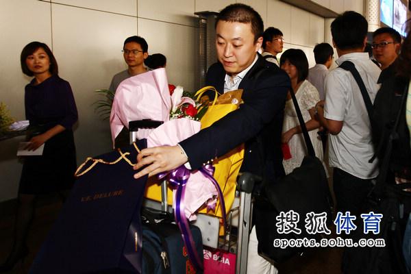 图文:国乒凯旋回国 马琳收获不小