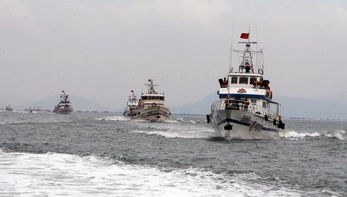 5月17日,闽粤两省公安边防部队警艇编队出航开展海上联合整治.