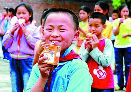 荣昌农村娃喝上免费奶不再吃冷饭(图)脱小学生视频肉丝图片