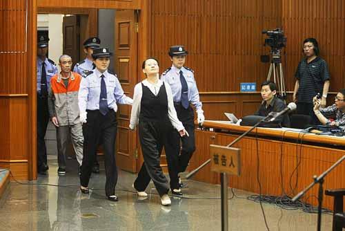 图为王如拒绝穿橘色号服,昂着头走进法庭。
