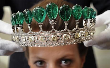 这顶镶有11颗哥伦比亚梨形祖母绿宝石、宝石重量超500克拉的王冠,是为公主凯塔琳娜·亨克尔·冯·多纳斯马量身打造。