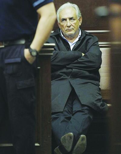卡恩出庭听证会,保释要求遭拒。