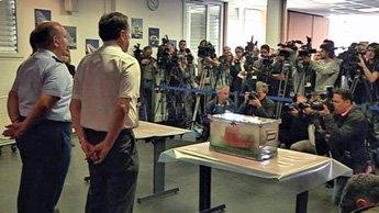 当局展示打捞到的法航2009年失事AF447航班上的黑匣子