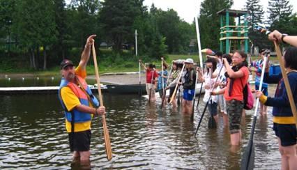游学的营员学习独木舟技巧