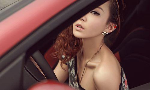 进口菲亚特女郎 在成都太平寺机场秀身材 高清图片