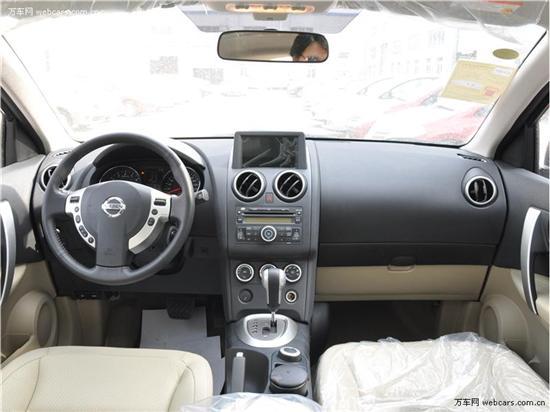 内饰风格上,2011款逍客的内饰沿用了老款的整体设计。最明显的变化必然是液晶屏,2011款逍客液晶显示屏已经由中央空调出风口下方移到中控台顶部,这样的设计更便于驾驶员在驾驶中对相关信息的查看。现在大部分日系车一般都采用内嵌式的设计,2011款逍客所采用的则是欧式的设计风格,粗壮的液晶屏非常符合逍客跨界车的运动感,同时通过车外摄像头可查看车辆四周的情况。此外,仪表盘继续沿用了老款车型的设计,加大的中央液晶屏幕能够提供更多易读易用的实用数据。