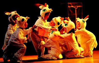 六一幼儿园的孩子们表演情景剧