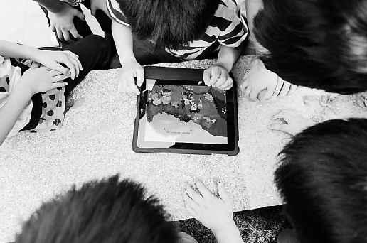 记者拿出iPad,结果8个小脑袋跟了上来。