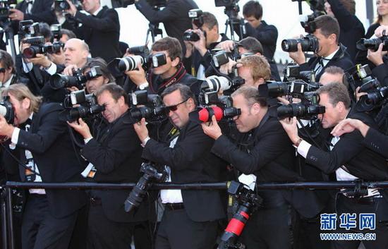 女星5月12日在戛纳法国v女星的戛纳电影节红毯旁的摄影师.拍小电影的这是图片