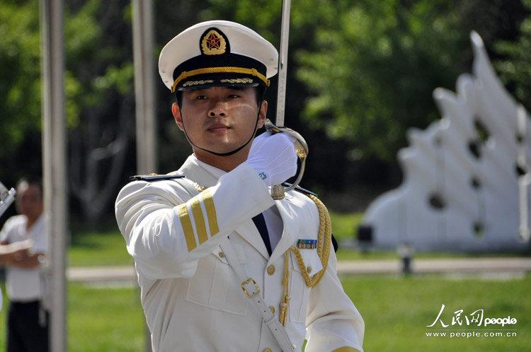 高清:海洋观教育日举行 海军仪仗队走进清华(组图)